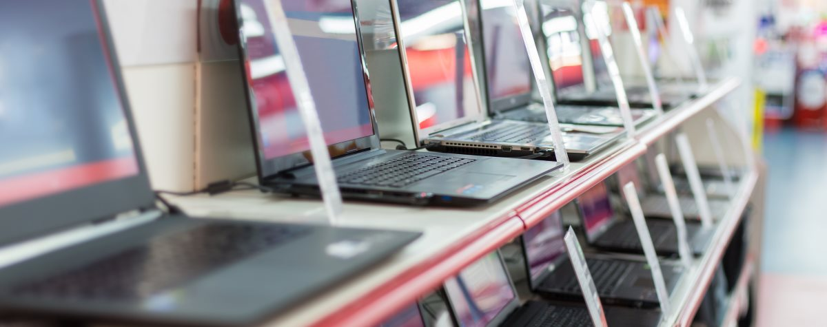 Laptops im Verkaufsregal