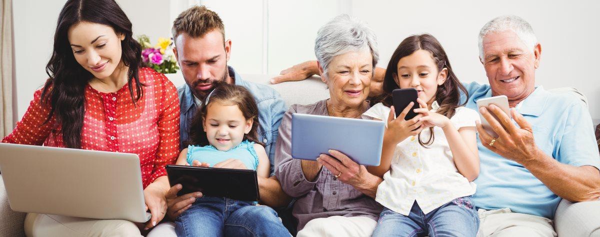 Familie hat mit Elektrogeräten Spaß